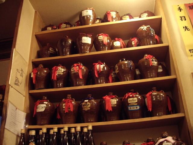 台湾料理 光春 - ずらり並んだ甕入り紹興酒