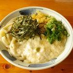 いろりや - <冷やし山かけうどん>冷えた麺に長薯(ながいも)のトロロをかけた、夏のスタミナうどん。
