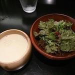 ステーキ かうぼーい - セットのスープとサラダ