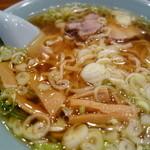 丸信ラーメン - 二段スープ!下のスープの醬油ダレを混ぜ混ぜ(^^)
