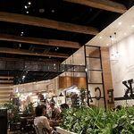 J.S. PANCAKE CAFE  - 天井が高めの店内