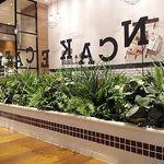 J.S. PANCAKE CAFE  - すっきりした木材と使った店内、併設のジャーナルスタンダードと同じテイストの家具が設置されています。