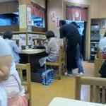 あま太郎 - ちょうど昼時だったんで店内は満席、外には行列も出来てました。