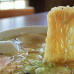 20514735 - スープをたっぷり持ち上げる縮れ麺
