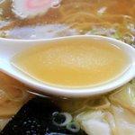 20515090 - 煮干しと豚足で出汁をとる透明スープ