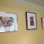 セレンディピティ カフェ - いろいろなアーティストの絵や写真を展示しています。作品を見に来るのも1つの楽しみ。