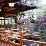 新井旅館 - ロビー前テラスと庭園
