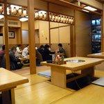 相撲料理 志可゛ - 店内の風景です。このお店は入口で靴を脱いで店内に入ります。