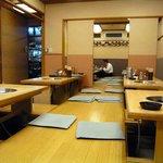相撲料理 志可゛ - 広い店内でしょ。お昼時にはサラリーマンで満席になります。