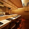 日本料理 百屋 - 内観写真:カウンター席では目の前の調理風景や大将との会話も一緒にお楽しみください。