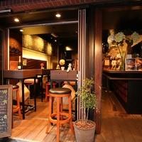 ベジバル Itaru 池袋 ~Vegetable Bar & Organic~ - ちょっとオシャレな店内で気軽にお食事をお楽しみ頂けます!窓側テラス席もご用意しております。