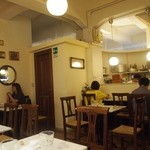 TRATTORIA AL SODO  - 奥にカウンター席とテーブル席がある