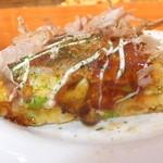 お好み焼 鉄板焼 桃太郎 - ペアセット 関西焼き桃太郎を4等分にカットを横から 【 2013年8月 】
