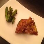 中国料理&ワイン yinzu - お通し。かぼちゃに飴をかけたものとユリの花のつぼみ