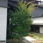 20531485 - 木立の奥が玄関、右和室、左洋室