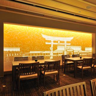 日本料理 瀬戸内 - 宮島の鳥居を現したシルクスクリーンが印象的です