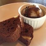 アールカフェ - 黒ごまのパンナコッタ黒砂糖ソースがけとブラウニー