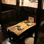 居酒屋ぼうず - テーブルも床も全面が古木の落ち着く半個室。