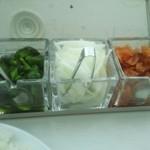 インド式 チャオカリー - 卓上には福神漬け・オニオンスライス・きゅうりの漬物
