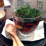 ニコノトナリ - うみブドウと白きくらげの黒酢なんちゃら