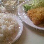お食事 いしい - アジフライ&コロッケ定食 680円。煮物も丁寧な味付けです。