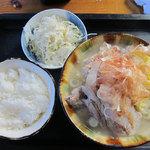 神山食堂 - 沖縄そばセット700円。沖縄そば、白ご飯、サラダ。