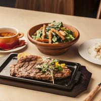 ステーキハウス - 特撰リブロースのステーキ、ステーキハウス特製ガーリックスープ、ほうれん草とベーコンのガーリックサラダ