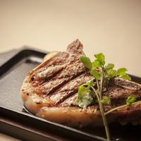ステーキハウス - 国産骨付き豚ロースのステーキ
