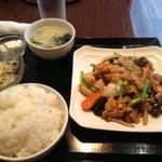 香港美膳 - 日替わり定食。玉子きくらげ豚肉炒め。