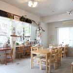 cafe Natura -  1階は白を基調としたシャビーな雰囲気のテーブル席