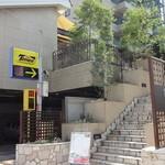 Pizzeria347 - 石階段をあがると、南伊のリゾートを彷彿とさせるガーデンが広がります。