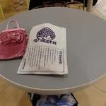 鳴門鯛焼本舗 - 店内のテーブルで食べました♪('13.08月にて)