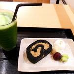 田頭茶舗 - 竹炭ほうじ茶ロールケーキとアイス抹茶フロート(500円+430円)