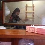 麺屋 天王 - 麺打ち中のマスター