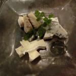 イタリアンバール コイズミ - チーズ盛り合わせ。3種類800円。ブルーチーズは、ゴルゴンゾーラピカンテ              サンタンドレ カマンベール。。。フランス、イタリア、スペインのチーズを集めたそうです。