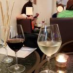 イタリアンバール コイズミ - グリッシーニと、赤白ワイン。