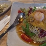 Saiyuuki - 具だくさん醤油冷麺。エビ、ハム、卵焼き、わかめ、海藻、ミニトマト、オクラ、ねぎ、水菜という具だくさん。