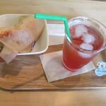 アニバーサリー&デイズカフェ - ハンバーグドック280円とクランベリーソーダ210円