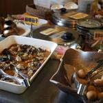 六花亭  - 和食総菜中心のバイキング。里芋、ナス、高野豆腐煮物など。
