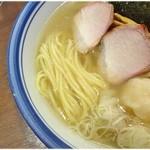 麺屋はやしまる - 結構太めな麺。すっきりスープとのバランスは良かったですヨ。
