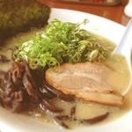 一休 - しばらく日本を離れるので食べにきたラーメン。そうそう、この味!こってりしたスープが細麺にからんで美味しい〜!