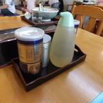 三日月軒 - テーブルの調味料