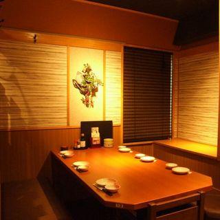 オレンジの柔らかな照明の落ち着いた店内には個室多数!