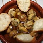 スパニッシュライツ - マッシュルームのオイル焼き