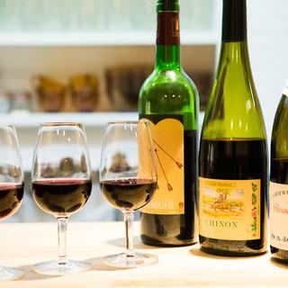 ソムリエが厳選した至極のワインを、グラス1杯から提供します。