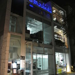 Lunar - お店の外観 テラスにある青いサインが目印