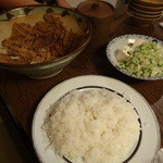こだわりもん一家 - 味噌のすり鉢に、ご飯、薬味と豆腐、出し汁