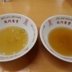坂内食堂 - 「支那そば(左)」と「肉そば(右)」はスープの味が違う