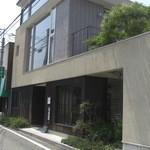 20613499 - 田舎町に突如現る近代的な建物(13-08)