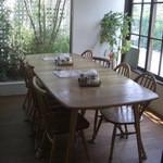 絹延橋うどん研究所 - 道路側の大人数用テーブル席(13-08)